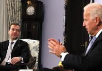 Власти США и Великобритании прорабатывают новые санкции против России, сообщают источники агентства Bloomberg