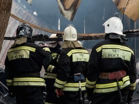 Под Волгоградом потушили пожар в гараже с мотоциклами и машиной