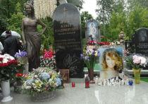 Одно из самых диких утверждений за последнее время сделал шоумен Стас Барецкий - ссылаясь на сотрудника ритуальной службы, он заявил, будто тело Жанны Фриске исчезло с Николо-Архангельского кладбища
