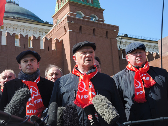 "Зюганов ""зажег"" у могилы Сталина"