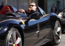 В начале марта стало известно, что 39-летний нападающий «Милана» Златан Ибрагимович пропустит несколько матчей чемпионата Италии и, как минимум, одну игру 1/8 Лиги Европы с «Манчестер Юнайтед». Из-за повреждения приводящей мышцы бедра швед выпал на 10 дней, но все это время он совершенно не скучает без футбола. Вступил в словесную битву с НБА, посетил музыкальный фестиваль Сан-Ремо на мотоцикле, а в это время его возлюбленная рассказала, почему отказывается выходить за него замуж.