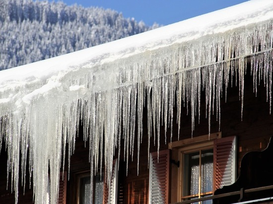 В Барнауле упавшая с крыши глыба снега едва не убила женщину