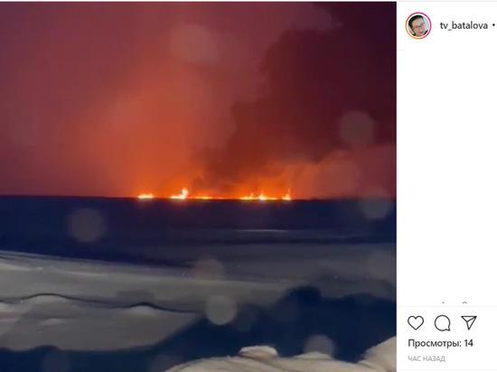 В Ханты-Мансийском автономном округе в акватории реки Обь произошёл пожар. Соответствующие видео опубликованы в социальных сетях.