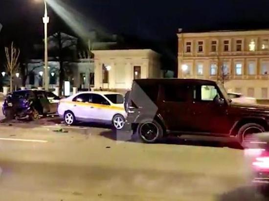 Четыре автомобиля столкнулись у здания МИДа в Москве