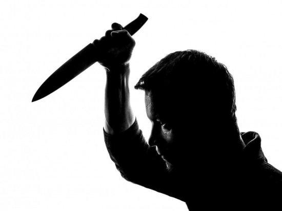 В Волгограде мужчина пытался устроить массовую резню на улице, нападая на прохожих с ножом и отверткой, сообщает издание V1