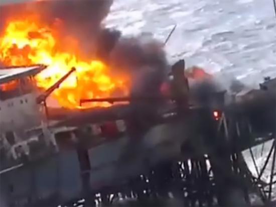 """Загоревшееся судно """"Витим"""" отбуксировали к берегу в Приморье"""