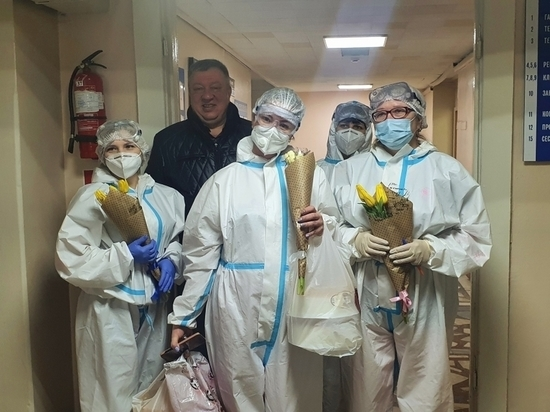 Врачи covid-клиники в Чите получили цветы и поздравления с 8 Марта