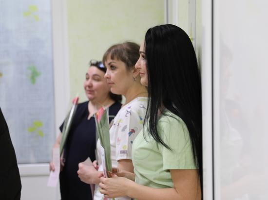 В Южно-Сахалинске поздравили работниц роддома с 8 марта