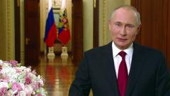 Улыбчивый Путин с цветами поздравил россиянок с 8 Марта
