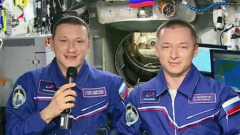 Российские космонавты поздравили женщин с борта МКС: видео