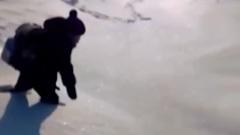 В селе под Новосибирском ребенок пытается пробраться через сугробы в школу