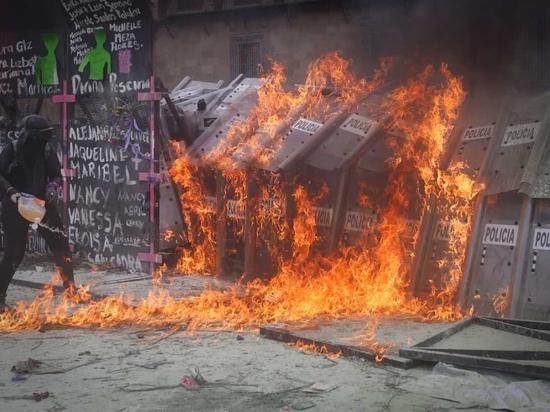 Свыше 80 пострадавших насчитали на акции феминисток в Мехико