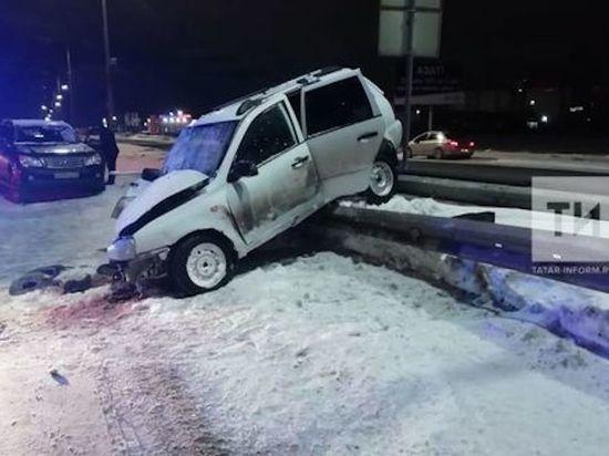 В Челнах пассажир легковушки оказался зажат в авто после ДТП с внедорожником