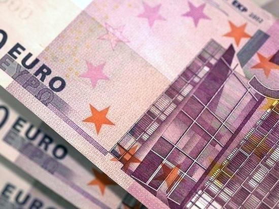 Официальный курс евро снизился на 76 копеек
