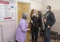 Женщинам, пришедшим на вакцинацию в одну из тверских больниц, подарили цветы