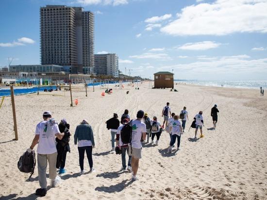 Cотни волонтеров продолжают очистку пляжей от нефти