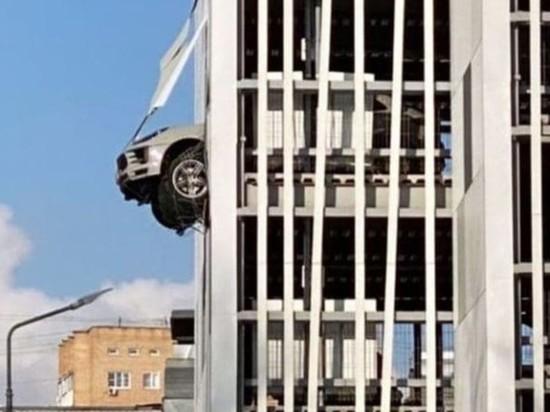 В Москве внедорожник вывалился из паркинга, пробив стену