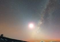 Если посмотреть на ночное небо незадолго до рассвета или после заката, можно увидеть слабый столб света, идущий вверх от горизонта