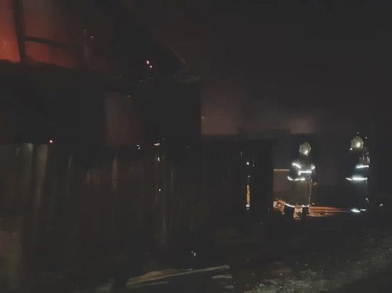 В Хакасии двое человек спаслись во время крупного пожара в частном доме