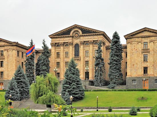 Оппозиция Армении не перестала блокировать входы в парламент