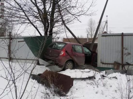 В Пскове пьяный водитель протаранил металлический забор