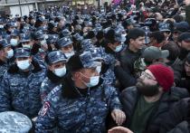 Армянским депутатам пришлось проникать в парламент через вход