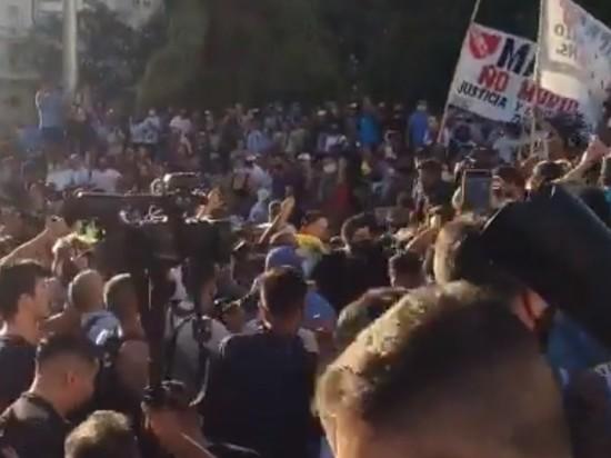 В Буэнос-Айресе прошла акция протеста из-за задержек в расследовании смерти Марадоны