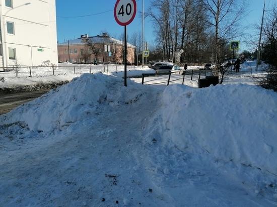 Особенности национальной уборки: петрозаводчане пожаловались на снежную горку на тротуаре