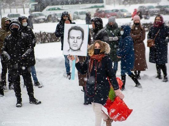 Девушку с портретом Навального оштрафовали после акции 23 января