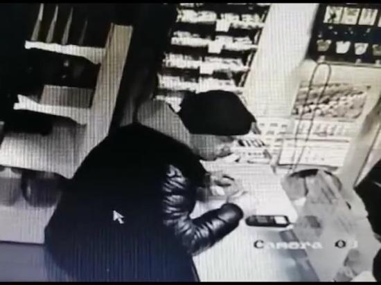 Полиция Абакана ищет возможного вора банковской карты, попавшего на видео