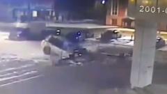 Сбежавшие от полиции погибли, врезавшись в ТЦ Новгорода: видео