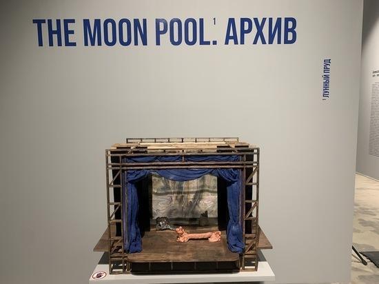 Инсталляция превратила зал в мистический спектакль вымышленного художника