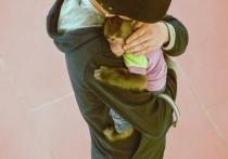 Волонтер, помогающая птицам Табрис Янчген, просит обратить внимание на фотосъемку с животными, которая проходит в тульском ТРЦ «Макси». Здесь за 200 рублей можно сфотографироваться с одним из двух попугаев ара (или за 400 – сразу с двумя), а также с макаками, яванской или японской, на выбор. По мнению активистки, такая деятельность неприемлема.
