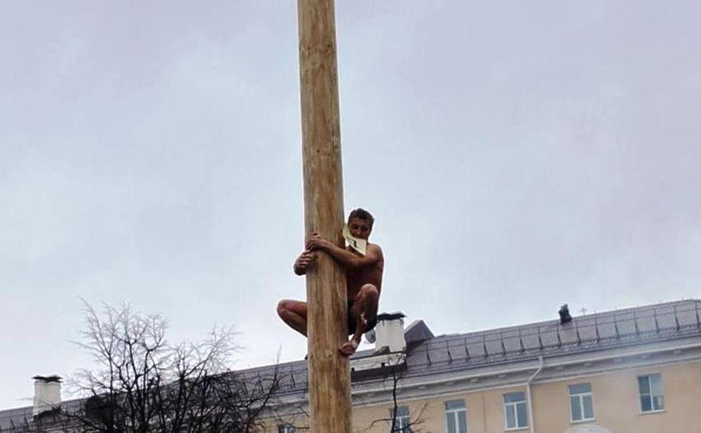 """В Калуге голые мужчины покорили """"Потешный столб"""""""