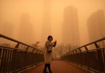 В понедельник утром Пекин был захвачен крупнейшей за десятилетие песчаной бурей, которая пришла из Монголии