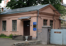 Сотрудники МЧС обследуют здание редакции «Новой газеты», чтобы установить источник распространившегося едкого запаха