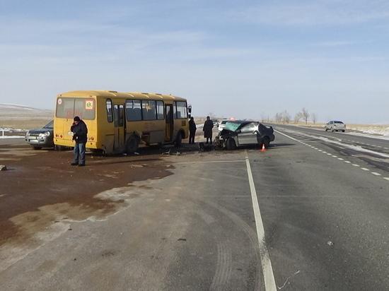 На трассе в Хакасии школьный автобус спровоцировал ДТП: есть пострадавшие