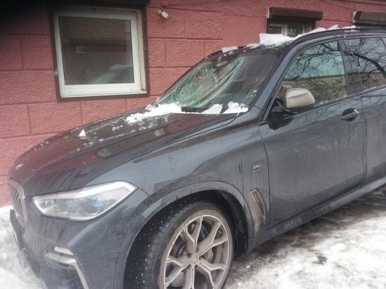 Лёд с крыши разбил BMW и козырёк подъезда в Петрозаводске