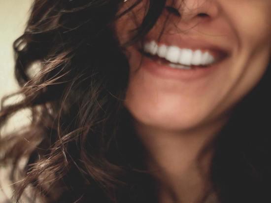 «Медлить нельзя»: врач назвал способ выявить опасный недуг по улыбке