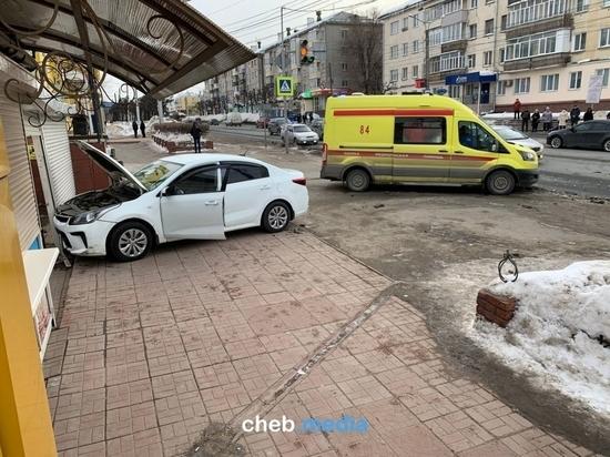 В Чебоксарах пьяный водитель после ДТП вылетел на тротуар
