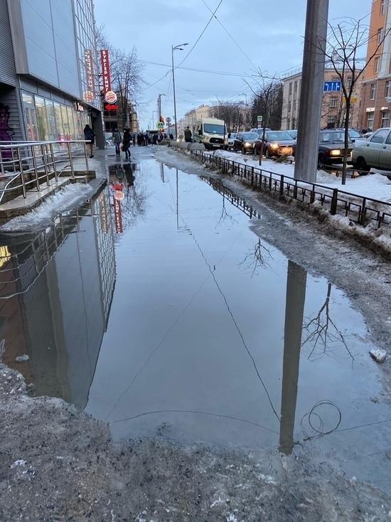 Город поплыл: Петрозаводчане жалуются на огромные лужи под ногами