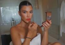 Сестру Кардашьян раскритиковали за полуобнажённое фото в купальнике