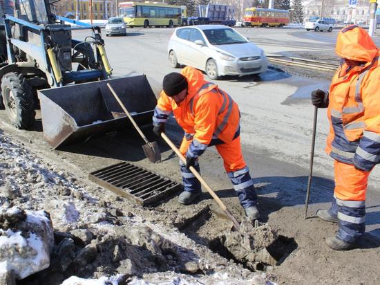 Рабочие приступили к очистке барнаульских «ливнёвок»