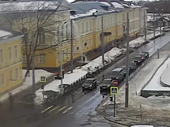Снег с крыши карельского Музея ИЗО свалился на голову прохожей