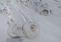 На заснеженной поверхности реки Томь в районе Междуреченская образовались настоящие снежные «рулоны»