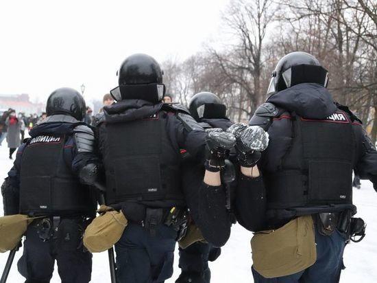 МВД заявило петербургскому депутату, что силовики на акциях не обязаны носить жетоны