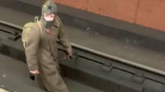В Москве неизвестный в буденновке гулял по путям в метро
