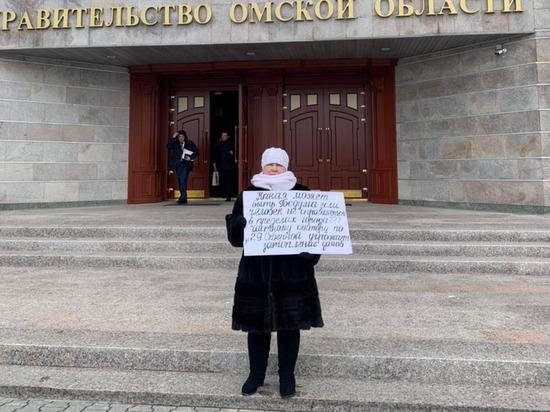 Омичка провела пикеты у мэрии и облправительства из-за неубранного снега