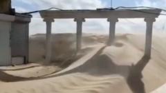 Набережную в Анапе завалило песком: видео
