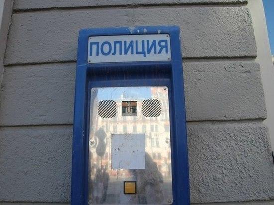 Посетитель банка на Типанова помог женщине и остался без 150 тысяч рублей